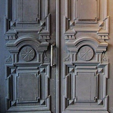 Старые входные двери из Петербурга