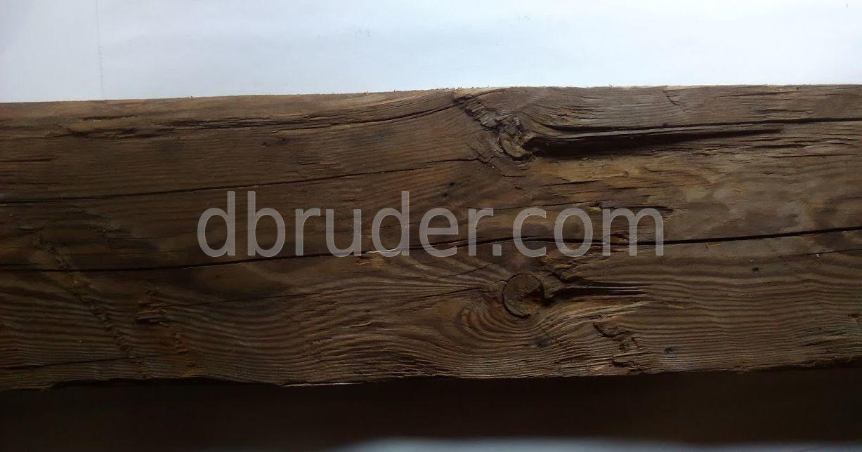 Старая доска рубленная топором