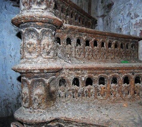 старая чугунная лестница